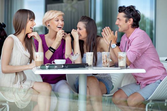 Resultado de imagem para tomando um cafe com os amigos